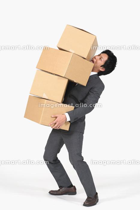 段ボールを運ぶビジネスマン