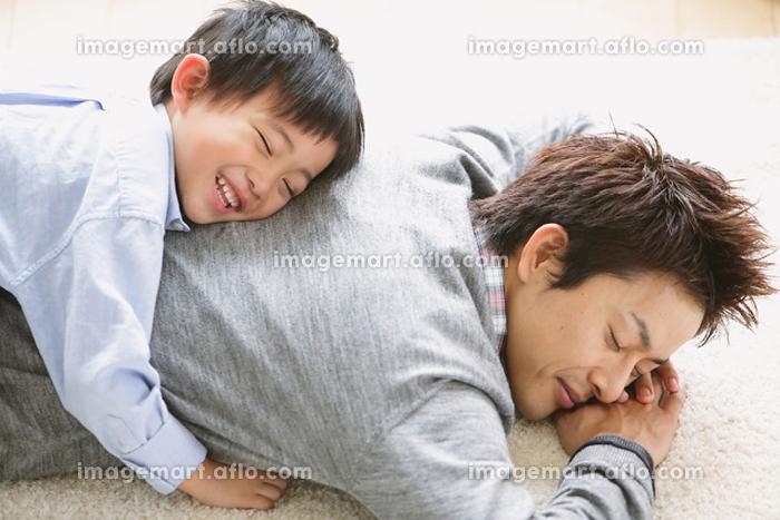 父親の上に乗る息子の販売画像