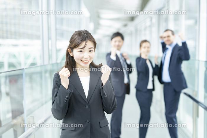 応援のポーズをするビジネスチームの販売画像