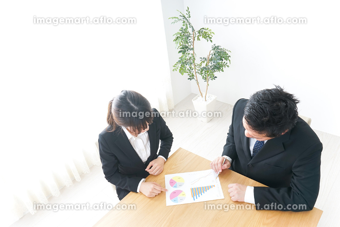 会議をする会社員の販売画像