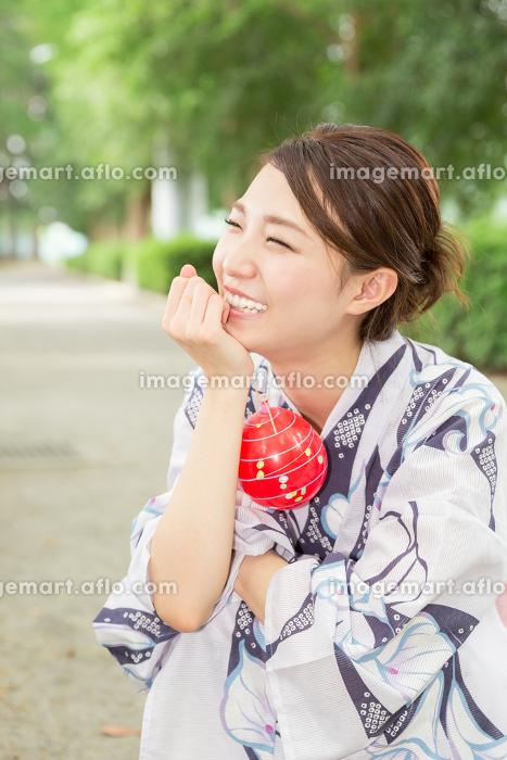 浴衣を着た女性 ヨーヨーの販売画像