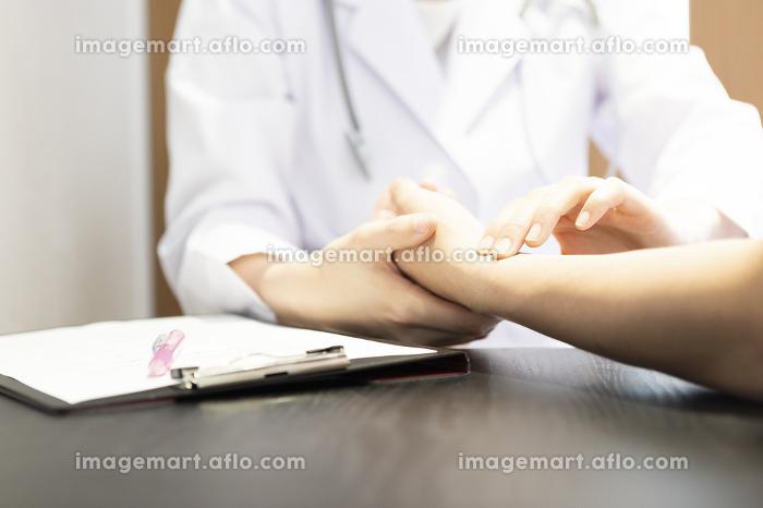 診察する女医