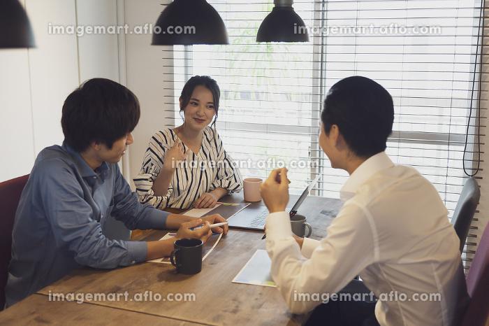 オフィスの若者の販売画像