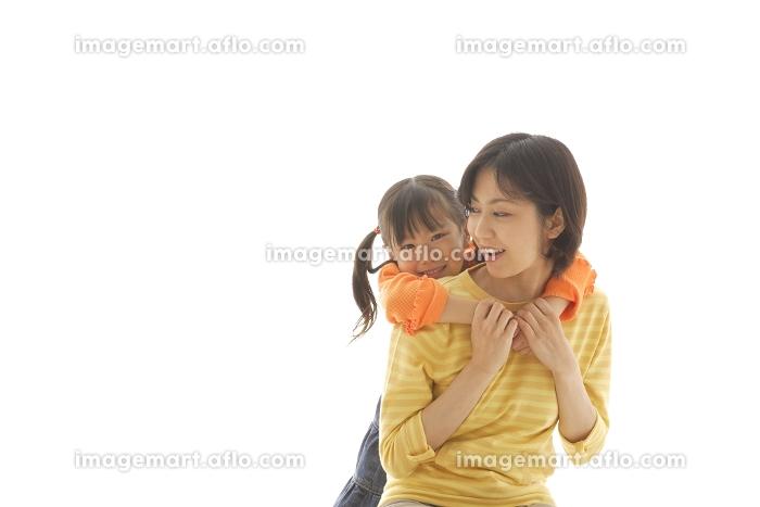 お母さんに甘える女の子の販売画像