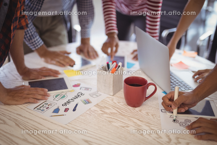 Business people working together on office deskの販売画像