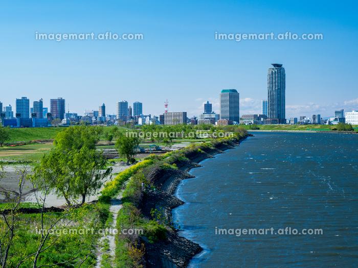 東京都足立区の鹿浜橋から見た快晴の川口市方面の風景の販売画像