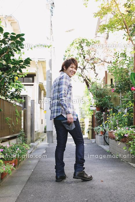 後ろを振り向く日本人男性(129056571)|イメージマート