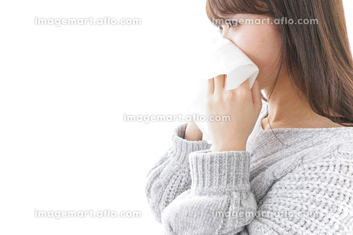 風邪・花粉症で鼻をかむ女性の販売画像