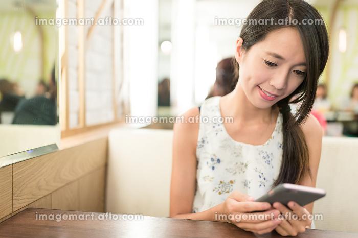 Woman using smart phoneの販売画像