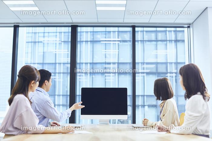 TV会議をする若い日本人ビジネスパーソン