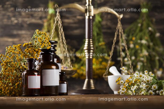 Herbal medicine on wooden desk backgroundの販売画像