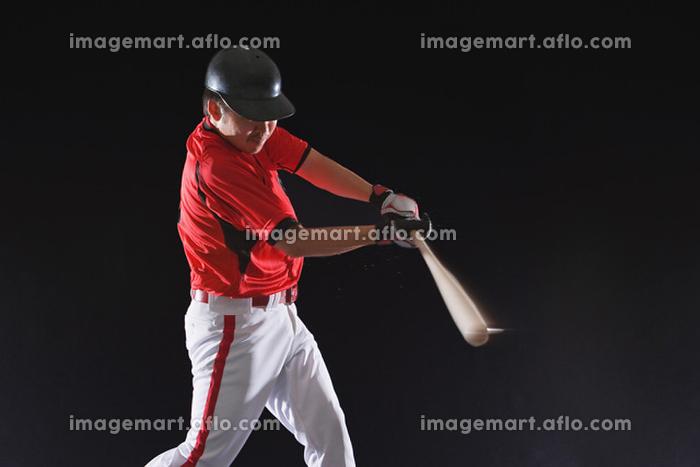 ボールを打つ野球のバッター