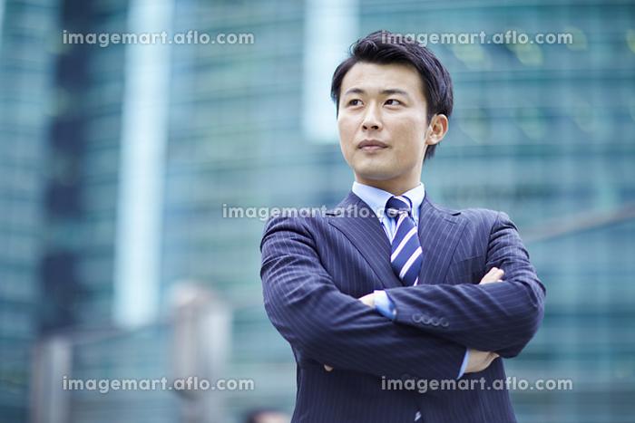 腕組みをする日本人ビジネスマンの販売画像
