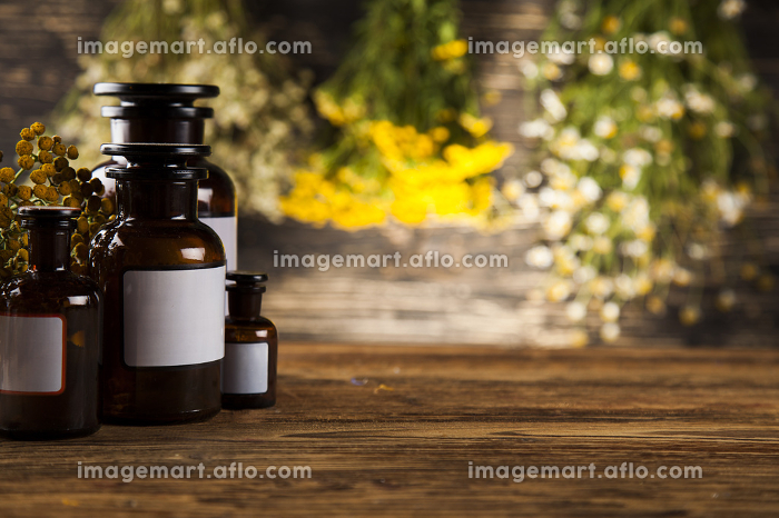 Natural medicine on wooden table backgroundの販売画像