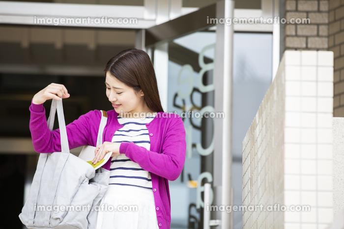 鞄を探る日本人女性の販売画像