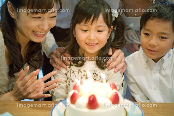 誕生日を祝う家族の販売画像