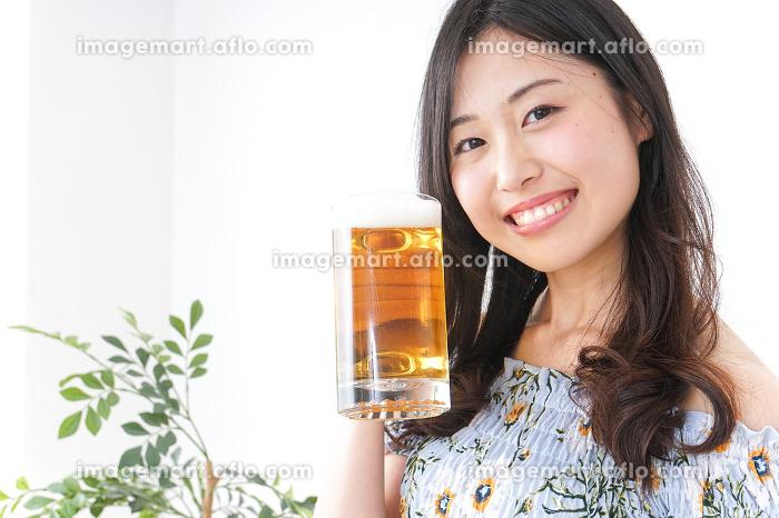 ビアガーデンでビールを飲む女性の販売画像