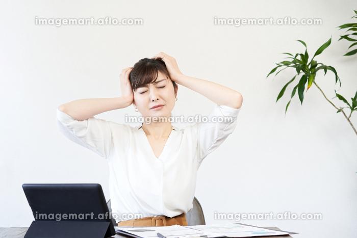 仕事で悩むアジア人ビジネスウーマンの販売画像