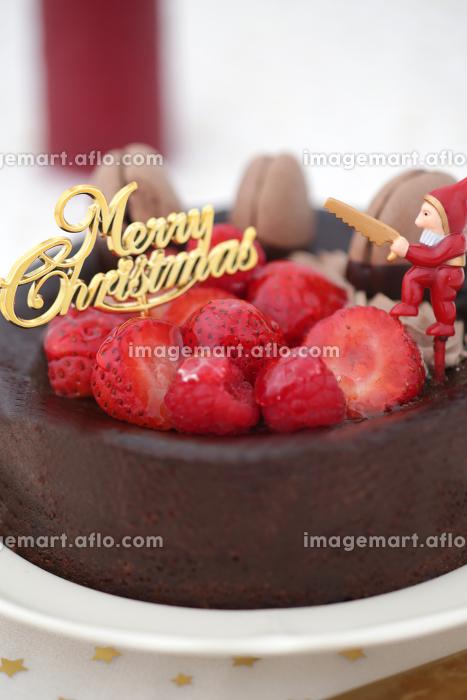 お皿に載せたいろいろな背景の上のクリスマスケーキの販売画像