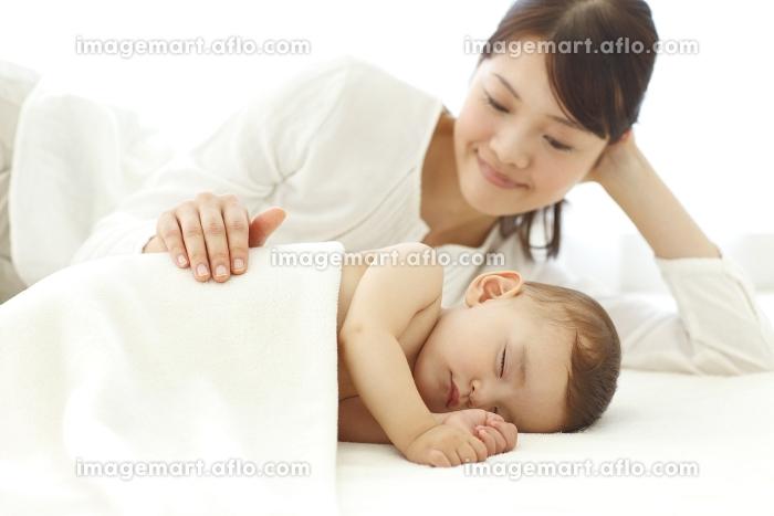 眠る赤ちゃんと見守るお母さんの販売画像