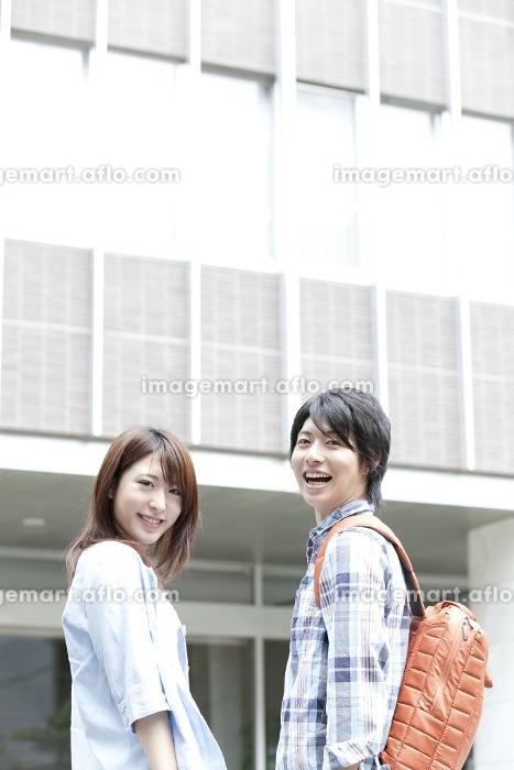 振り返り微笑む大学生の販売画像