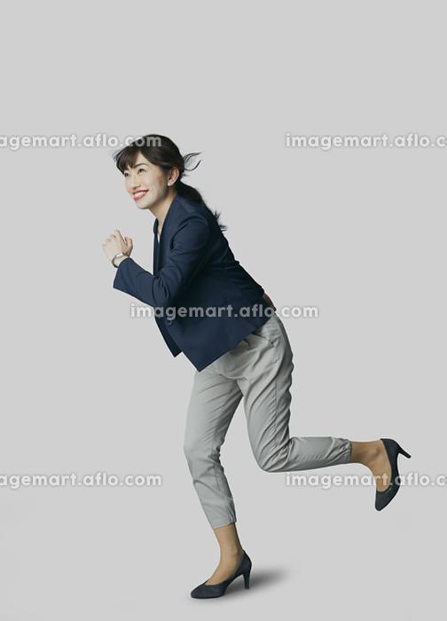 走り出す日本人ビジネスウーマンの販売画像