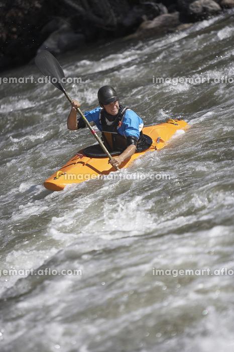 Man Kayaking In Mountain Riverの販売画像
