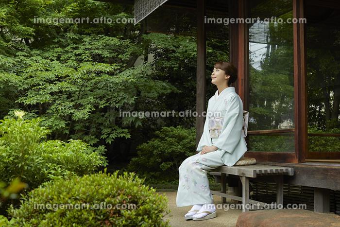 庭にいる着物を着た日本人女性の販売画像