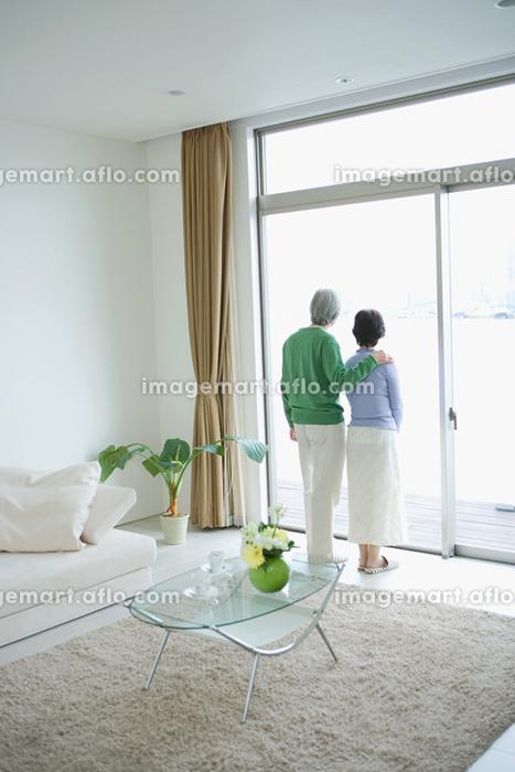 外を眺めるシニア夫婦の販売画像