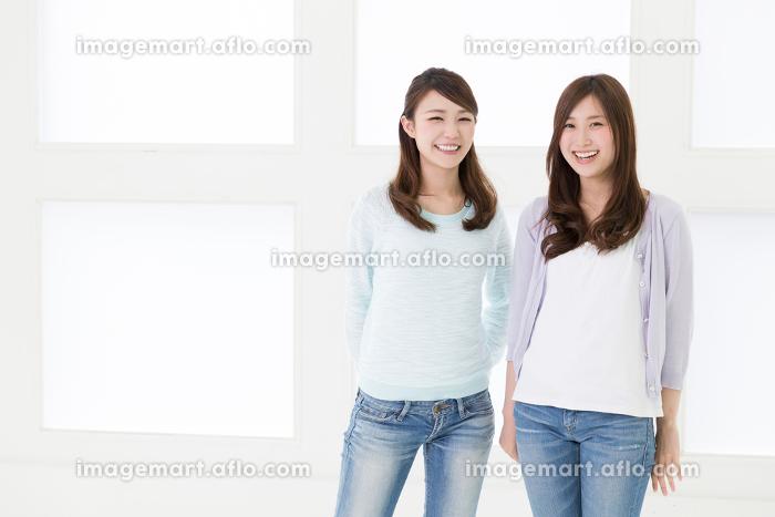 リラックスする二人の女性の販売画像