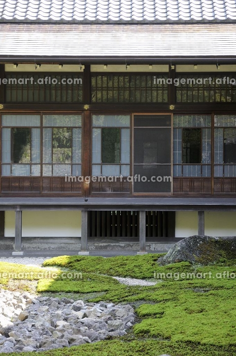 日本庭園から日本間を見るの販売画像