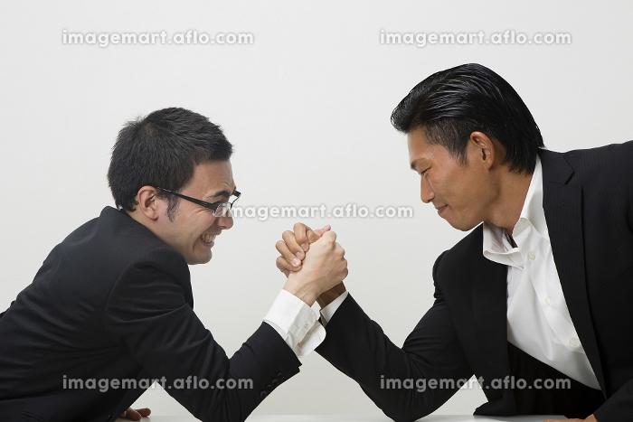 腕相撲をするビジネスマンの販売画像