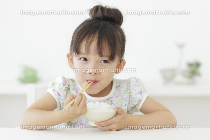 ごはんを食べる女の子の販売画像