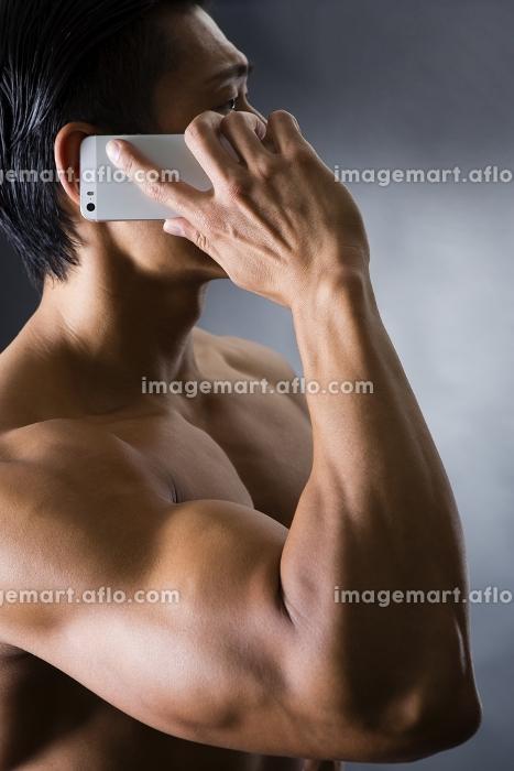 スマートフォンを持つ男性の販売画像
