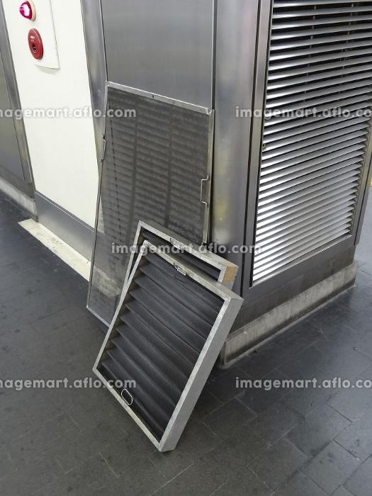 駅ホームのエアコンフィルターの交換の販売画像