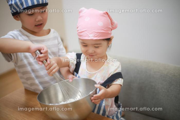 料理する子供たちの販売画像