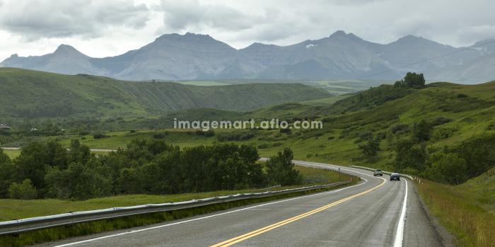 Scenic view of road passing through landscape, Pincher Creek No. 9, Southern Alberta, Alberta, Canadaの販売画像