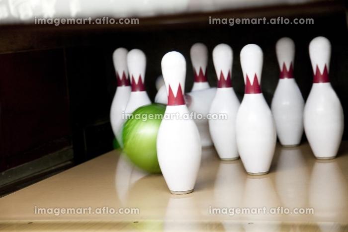 ボウリングピンとボウリング球の販売画像