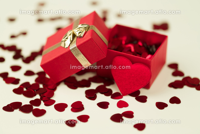 Red hearts confetti on wooden backgroundの販売画像