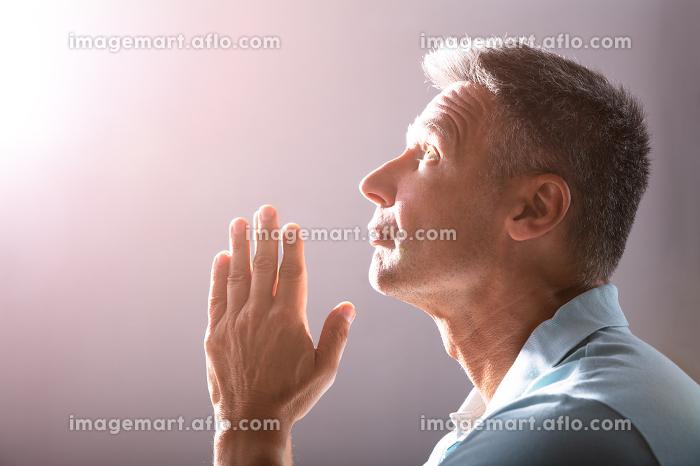 Close-up Of A Praying Mature Manの販売画像