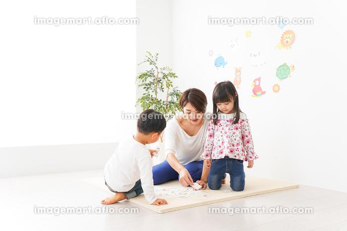 英語教室でカルタをする子どもたちの販売画像