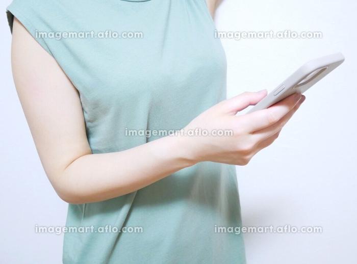 スマートフォンと女性の販売画像