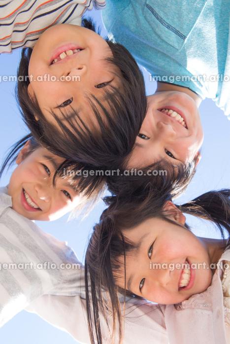 円陣を組む小学生の販売画像