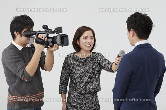 インタビューする日本人の記者