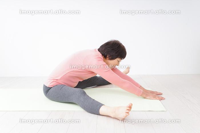 体操をする高齢の女性の販売画像