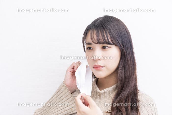 コロナ対策をしている女性の販売画像