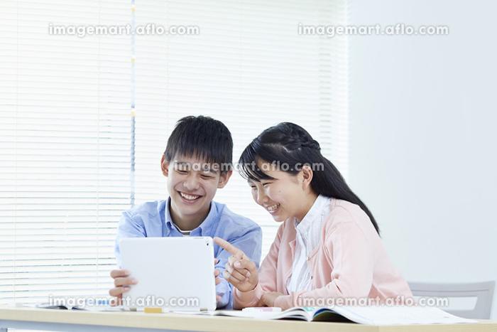 タブレットを操作する中学生