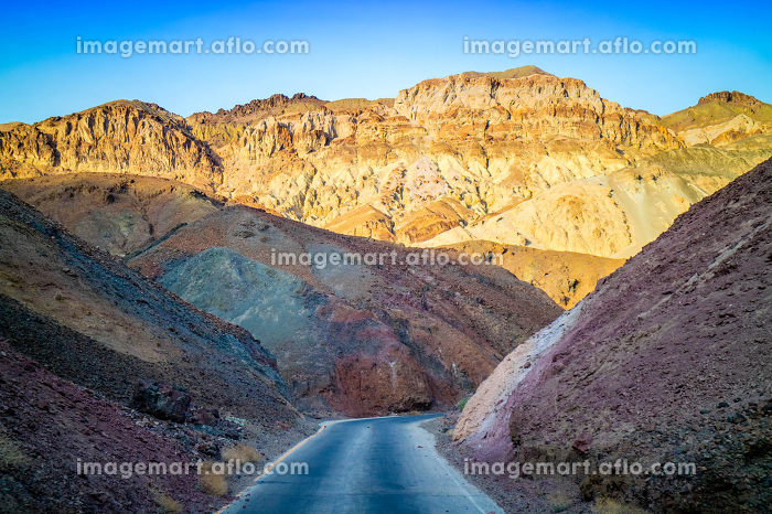 A long way down the road of Death Valley National Parkの販売画像