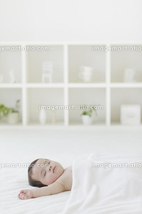 リビングでお昼寝をする赤ちゃんの販売画像