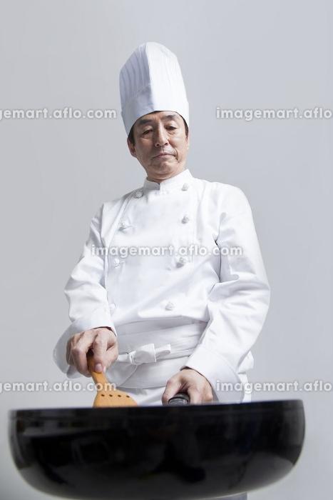 フライパンで調理する調理師の販売画像